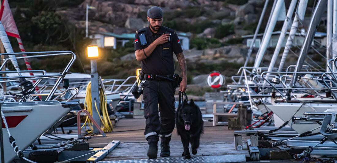 Väktare från Securitas med hund på brygga