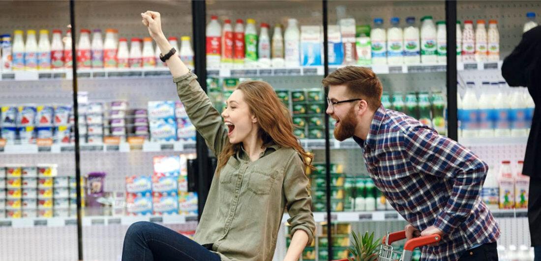 Glada människor i livsmedelsbutik