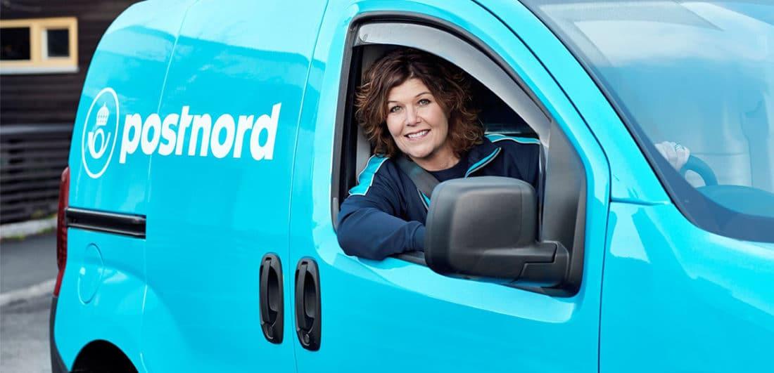 Brevbärare i postbil på Postnord som är ett av årets Karriärföretag