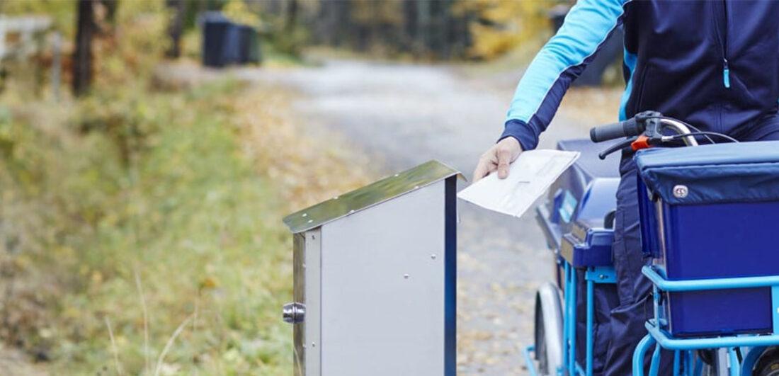 Brevbärare på Postnord delar ut brev