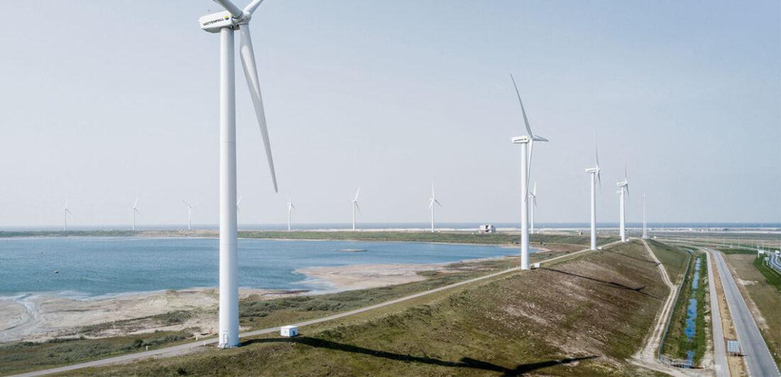 Vindkraftverk intill havet